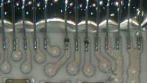 Poza realizata cu microscop. Calculator motor Opel Zafira, motor 1.8, cu conector defect.
